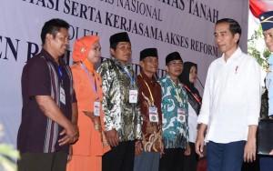 Presiden Jokowi saat menyerahkan 2.500 sertifikat hak atas tanah kepada warga Jawa Tengah, di Alun-alun Kabupaten Cilacap, Kamis (15/6).