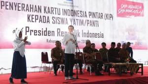 Presiden Jokowi saat menguji Siswa penerima KIP unjuk kebolehan Pencak Silat di Cilacap, Jawa Tengah, Kamis (15/6).