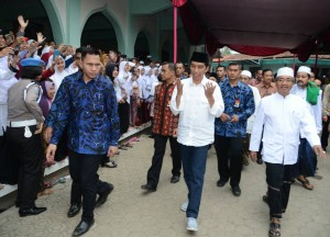 Presiden Jokowi saat berkunjung ke Pondok Pesantren Al-Ihya Ulumuddin untuk melakukan takziah atas wafatnya pimpinan Pondok Pesantren KH. Chasbullah Badawi, di Cilacap, Jawa Tengah, Kamis (15/6).
