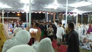 Presiden Jokowi saat akan mengikuti salat tarawih di Ponpes Al Asy'ariyyah, Kalibeber, Mojotengah, Kabupaten Wonosobo, Jawa Tengah, Jumat (16/6) malam. (Foto: Humas/Fitri)