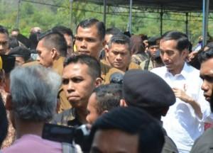 Warga antusias sambut kehadiran Presiden Jokowi dalam kunjungan kerja di Jawa Tengah, Sabtu (17/6). (Foto: Humas/Fitri).