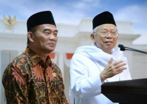 Chairman of MUI and Minister of Education and Culture deliver a press statement after meeting President Jokowi at the Presidential Office, Jakarta (19/6)