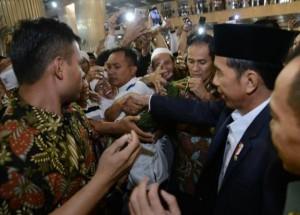 Warga antusias berjabat tangan dengan   Presiden Jokowi usai salat Idulfitri di Masjid Istiqlal, Jakarta, Minggu (25/6). (Foto: BPMI)
