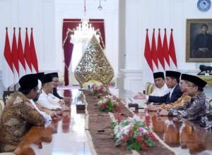 Presiden Jokowi menerima perwakilan Gerakan Nasional Pengawal Fatwa Majelis Ulama Indonesia (GNPF MUI) di Istana Merdeka, Jakarta, Minggu (25/6) sore. (Foto: BPMI)