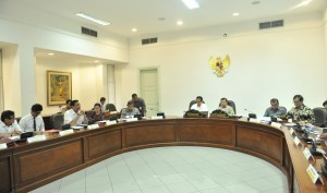 President Jokowi leads the Limited Meeting on Modernization of Tax Information Technology, at the Presidential Office, Jakarta, Tuesday (20/6) afternoon. (Photo: PR/Jay)