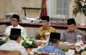 President Jokowi is accompanied by Vice President Jusuf Kalla during an iftar jamai'e (communal fast-breaking) with Heads of State Institutions at the State Palace, Jakarta, Tuesday (30/5). (Photo: PR/Jay).