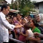 Presiden Jokowi saat bagikan sembako di Tebet, Jakarta Selatan, Kamis (22/6). (Foto: Humas/Oji)