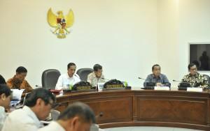 Presiden Jokowi saat memimpin Rapat Terbatas mengenai Reformasi Aparatur Sipil Negara, di Kantor Presiden, Jakarta, Selasa (20/6). (Foto: Humas/Jay).