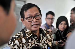 Seskab, Pramono ANung, menjawab pertanyaan wartawan usai Rapat Terbatas di Kantor Presiden, Jakarta, Selasa (20/6) sore. (Foto: Humas/Oji)