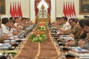 Presiden Jokowi saat memberikan pengantar pada Sidang Kabinet Paripurna di Istana Merdeka, Jakarta, Kamis (22/6). (Foto: Humas/Rahmat)