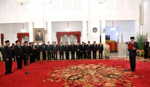 Presiden Jokowi melantik 7 (tujuh) Anggota Dewan Kehormatan Penyelenggara Pemilu (DKPP) periode 2017-2022, di Istana Negara, Jakarta, Senin (12/6). (Foto: Humas/Jay)