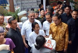 Presiden Jokowi melaksanakan pembagian bahan sembako di Penjaringan, Jakarta Utara, Selasa (13/6). (Foto: Humas/Jay)