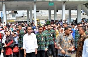 President Jokowi distributes Ramadan sembako packages at Cibadak Bus Station, Sukabumi Regency, on Wednesday (21/6) (Photo:PR/Jay)