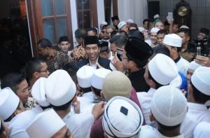 Antusiasme warga dan santri saat Presiden Jokowi Salat Tarawih di Cipasung Singaparna, Kabupaten Tasikmalaya, Jawa Barat, Jumat (9/6) malam. (Foto: Humas/Rahmat)
