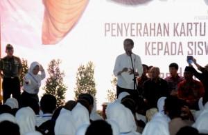 Presiden Jokowi saat menyerahkan 1.257 Kartu Indonesia Pintar (KIP), di SMA Negeri 2 Ciamis, Sabtu (10/6). (Foto: Humas/Rahmat)