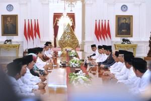 Presiden Jokowi saat bertemu dengan Qari/Qariah tingkat nasional dan internasional di Istana Merdeka (12/6). (Foto: Humas/OJI)