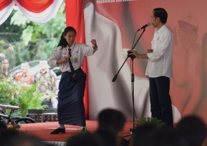 Saat serahkan KIP di Temanggung, Presiden Jokowi lihat unjuk kebolehan siswi melakukan pencak silat di Temanggung, Jawa Tengah, Sabtu (17/6). (Foto: Humas/Rahmat)