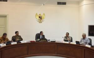 Gubernur Gorontalo Rusli Habibie (berpeci) mengikuti rapat terbatas yang dipimpin oleh Presiden Jokowi, di Kantor Presiden, Jakarta, Selasa (6/6) sore. (Foto: JAY/Humas)