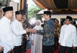 Presiden Jokowi saat menghadiri acara buka puasa bersama di kediaman Ketua DPD, Jakarta, Selasa (6/6).