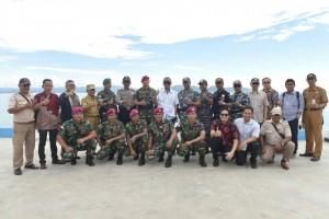 UKP-PBM RI-Malaysia, Eddy Pratomo berfoto bersama dengan prajurit TNI di Pos Angkatan Laut, Sei Pancang, Pulau Sebatik, Kabupaten Nunukan, Selasa (13/6). (Foto: Humas/Dinda)