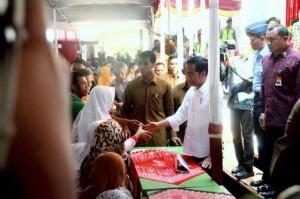 Presiden Jokowi saat membagikan sembako di Wonosobo, Jawa Tengah, Sabtu (17/6). (Foto: Humas/Fitri)