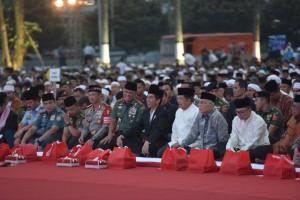 Presiden Jokowi dalam acara buka puasa bersama Prajurit TNI dan PNS Mabes TNI di Plaza Mabes TNI Cilangkap, Jakarta Timur, Senin (19/6) petang. (Foto: Humas/Oji)