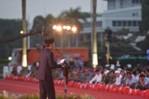 Presiden Jokowi saat memberikan sambutan pada buka puasa bersama Prajurit TNI dan PNS Mabes TNI di Plaza Mabes TNI Cilangkap, Jakarta Timur, Senin (19/6) petang. (Foto: Humas/Oji).