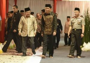Presiden Jokowi dan Wapres Jusuf Kalla bersama Kapolri Tito Karnavian saat mengikuti acara buka puasa bersama Polri di PTIK, Jakarta, Selasa (20/6). (Foto: Humas/Rahmat)