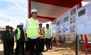 Presiden Jokowi saat tinjau pembangunan infrastruktur jalan (Dokumentasi setkab.go.id)