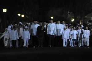 Usai berbuka puasa, Presiden Jokowi berjalan bersama anak-anak yatim menuju Masjid Baiturrahim, Kompleks Istana Kepresidenan Jakarta, dengan diiringi obor, Senin (12/6). (Foto: Humas/Rahmat)