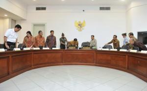 Presiden Jokowi didampingi Wapres Jusuf  Kalla sebelum memulai memimpin Rapat Terbatas di Kantor Presiden, Jakarta, Selasa (13/2). (Foto: Humas/Deni)