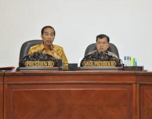 Presiden Jokowi saat memimpin Rapat Terbatas di Kantor Presiden, Jakarta, Selasa (13/6) petang. (Foto: Humas/Deni)