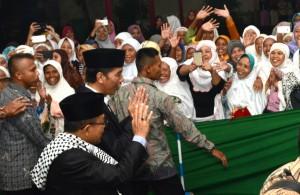 Antusiasme masyarakat saat Presiden Joko Widodo mengunjungi Pondok Pesantren Darussalam, Dukuhwaluh, Purwokerto, pada Kamis (15/6) malam. (Foto: Humas/OJI)