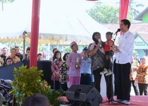 Presiden saat memberikan makanan tambahan di Banyumas, Jawa Tengah, Jumat (16/6). (Foto: Humas/Oji).
