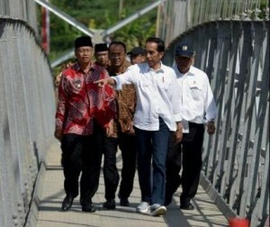 President Jokowi during the inauguration Kali Galeh suspension bridge and Soropadan suspension bridge, and Parakan Wetan rented low-cost apartment in Kauman village, Temanggung regency, Saturday (17/6). (Photo by: Public Relations Division/Rahmat)
