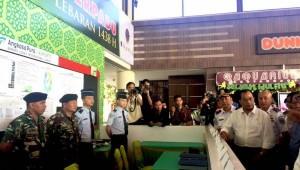 Menhub Budi K. Sumadi meninjau persiapan Bandara Juanda, Surabaya, menyambut libur Lebaran Idul Fitri 2017, Kamis (15/6)