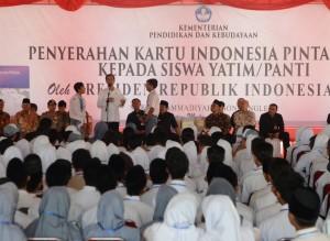 Presiden Jokowi saat membagikan Kartu Indonesia Pintar (KIP), di SMK Muhammadiyah 7, Gondanglegi, Kabupaten Malang, Sabtu (3/6). (Foto: Humas/Deni)