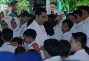 Presiden Jokowi saat penyerahan Kartu Indonesia Pintar (KIP) di halaman SMP Negeri 2 Kota Tasikmalaya, Jumat (9/6) pagi.