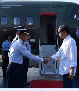 Presiden Jokowi menyalami awak pesawat CN-295 TNI AU sebelum bertolak ke Tasikmalaya, di Bandara Halim Perdanakusuma, Jakarta, Jumat (9/6) pagi. (Foto: BPMI Setpres)