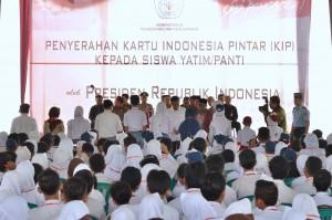 Presiden Jokowi menyerahkan KIP secara simbolis kepada perwakilan siswa, di SMUN 2 Purwokerto, Jateng, Jumat (16/6) pagi. (Foto: OJI/Humas)