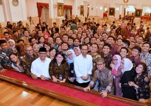 Presiden Jokowi didampingi Mensesneg berfoto dengan para wartawan usai buka puasa bersama, di Istana Negara, Jakarta, Rabu (14/6) petang. (Foto: BPMI Setpres)