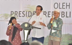 Presiden Jokowi saat memberikan sambutan pada penyerahan sertifikat hak atas tanah di Balaikota Tasikmalaya, Kota Tasikmalaya, Jawa Barat, Jumat (9/6). (Foto: Humas/Jay)