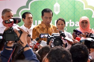 President Jokowi answers the reporter's question after the distribution of staple foods in Penjaringan, North Jakarta, Tuesday (13/6). (Photo: PR/Jay).