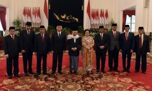 Inilah para pengarah UKP PIP dan Kepala UKP PIP Yudi Latief (paling kanan) yang baru dilantik Presiden Jokowi, di Istana Negara, Jakarta, Selasa (7/6) pagi. (Foto: Rahmat/Humas)