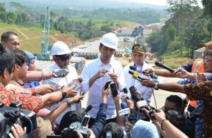 President Jokowi answers reporters' questions after the construction site of Section I between Ciawi and Cigombong, of Bogor-Ciawi-Sukabumi (Bocimi) toll road located in Bogor Regency (21/6). (Photo by: Public Relations Division/Jay)
