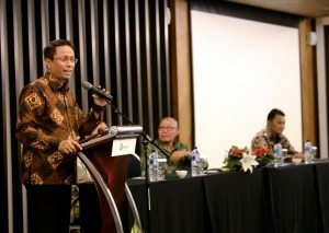 Deputy to the Cabinet Secretary for Cabinet Working Support Yuli Harsono delivers his remarks during the opening ceremony of a two-day paper-based TOEFL Preparation Short Course in Bandung, West Java, Thursday (13/7). (Photo by: Public Relations Division/Agung)