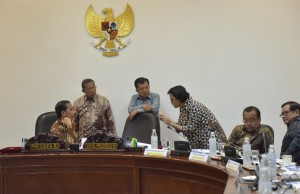 President Jokowi discusses with Vice President, Coordinating Minister for the Economy and Finance Minister before a limited cabinet meeting at the Presidential Office, Tuesday (18/7). (Photo by: Public Relations Division/Jay)