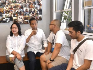 Presiden Jokowi dan Ibu Negara Iriana saat mampir di Kedai Kopi 'Tuku' di Jakarta, Minggu (2/7). (Foto: BPMI)