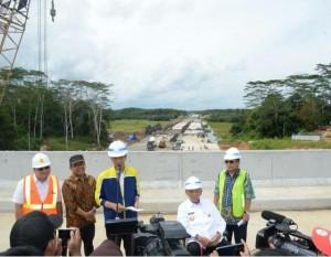 Presiden Jokowi menjawab wartawan di sela-sela kunjungan kerja di Balikpapan, Kalimantan Timur, Kamis (13/7). (Foto: BPMI)