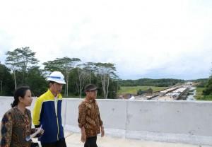 Presiden Joko Widodo meninjau pembangunan jalan tol Balikpapan - Samarinda, Kamis (13/7). (Foto: BPMI)